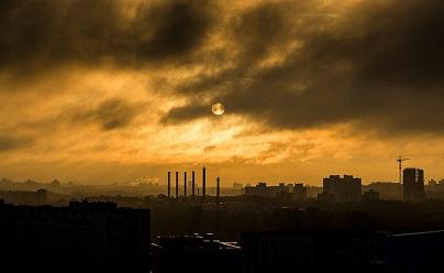 Fotografia Di Una Città Industriale Con Cielo Sormontato Da Una Nuvola Scura, Apparentemente Formata Da Emissioni
